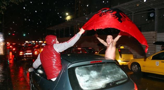 Albansk overraskelse. Ikke bare den italienske treneren, men også Dron over Beograd