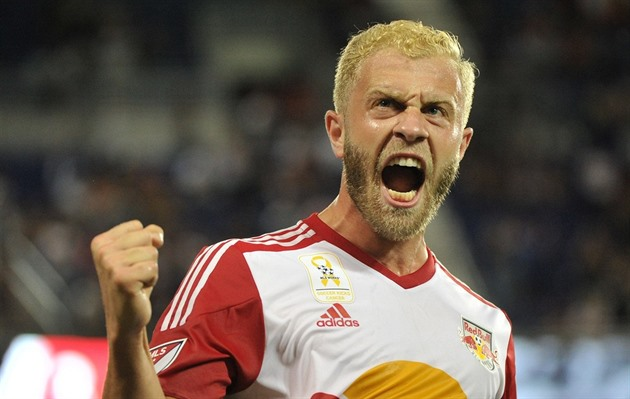 Mike Grella z New Yorku Red Bulls se raduje z gólu.