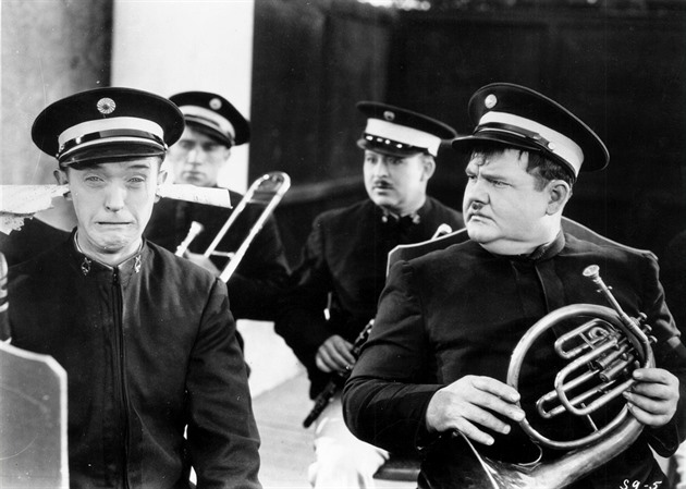 Stan Laurel a Oliver Hardy ve filmu Zpropadení muzikanti (You're darn tootin')...
