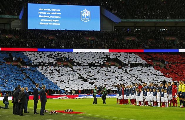 Illallinen Wembleyssä: hautajaisseppeleitä ja kuoronhimoa