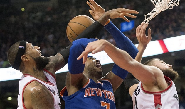 Carmelo Anthony (uprost�ed) z New Yorku bojuje o mí� s Jamesem Johnsonem...