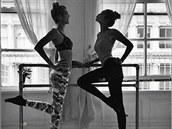 Barre balet je mezi modelkami populární metodou k získání štíhlých a pevných nohou, ale i správného držení těla a elegantních pohybů. Barre je ve francouzštině madlo, za které se baletky přidržují před zrcadlem při tréninku, cviky u něj jsou pak skvělé na fyzičku, flexibilitu i sílu. K tréninkům boxu si ho přidává i dvacetiletá Gigi Hadidová. V popisku fotky dodává, že sice není žádná balerína, ale dělá, co může.
