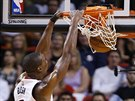 Chris Bosh z Miami sme�uje do ko�e Sacramenta.
