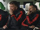 TO VYPAD� BLED�. Louis van Gaal a Ryan Giggs se v z�pase s Wolfsburgem na lavi�ce Manchesteru United tr�pili.
