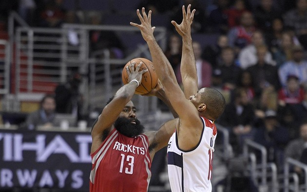James Harden (vlevo) z Houstonu bojuje o míč s Garym Nealem z Washingtonu.