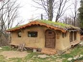 Postavili dům ze slámy, hlíny a dřeva. Na nákup jezdí