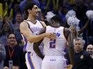 Enes Kanter (vlevo) a Anthony Morrow z týmu Oklahoma City.