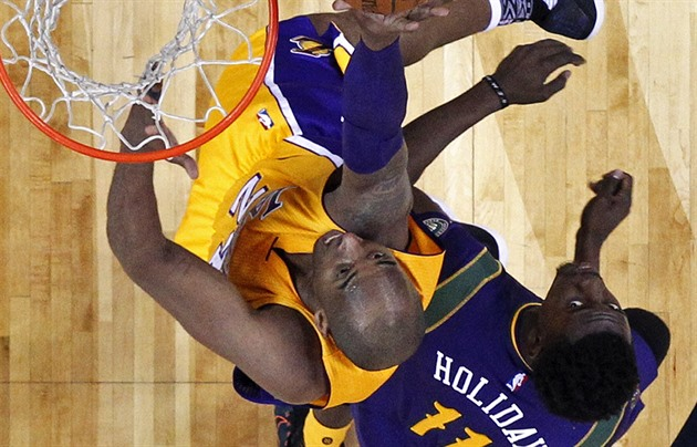 Kobe Bryant (vlevo) z Los Angeles Lakers v souboji Jrue Holidayem z New Orleans.