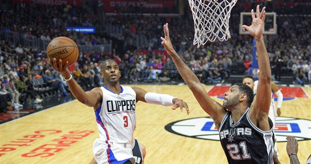 Chris Paul z Los Angeles Clippers zakončuje, brání ho Tim Duncan ze San Antonio...