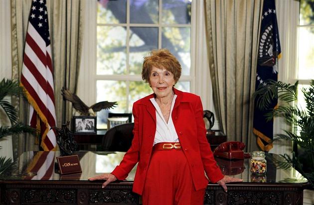Bývalá první dáma USA Nancy Reaganová na snímku ze 7. září 2011. Prostor za ní...