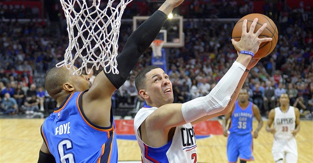 Austin Rivers (vpravo) z Los Angeles Clippers se sna�í prosadit p�escRandyho...