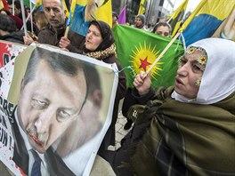 Kurdové ukazující fotku tureckého prezidenta Erdogana během jednání Evropské rady v Bruselu. (7. 3. 2016)