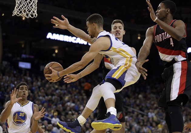 Stephen Curry z Golden State letí mezi hrá�i Portlandu. Na p�ihrávku �eká James...