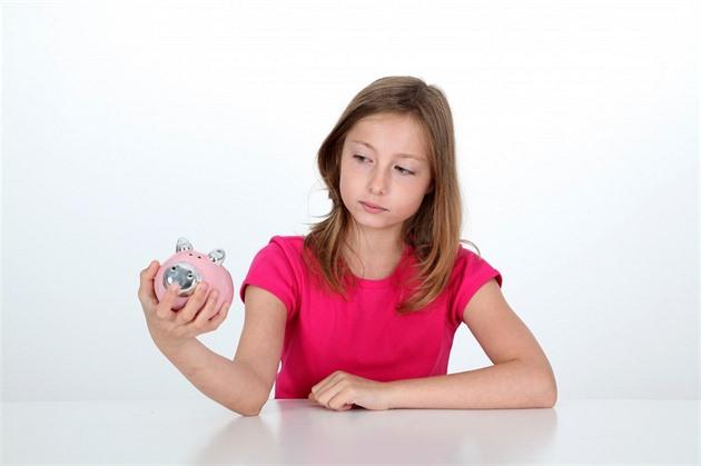 S výběrem naspořených peněz dítěte budou muset souhlasit všichni zákonní zástupci. Ilustrační snímek