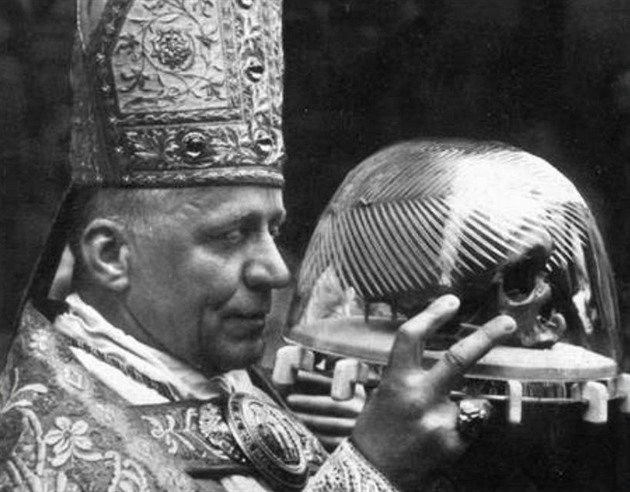 Kardinál Josef Beran s lebkou sv. Vojtěcha.