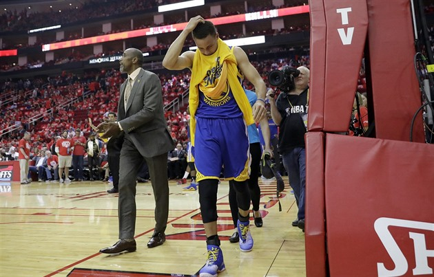 Zran�ný Stephen Curry z Golden State opou�í palubovku v Houstonu.