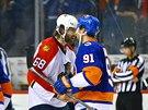 Gratuluju! Jaromír Jágr podává po prohrané sérii play-off s New York Islanders ruku jejímu lídrovi Johnu Tavaresovi