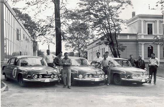 Tři závodní tatry před odjezdem na Marathon de la Route 1967. Všechny vozy byly oranžové, odlišit je šlo podle barvy masky.