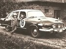 Na fotografii ze začátku 60. let je starší typ soutěžní tatry. Chlapec vlevo je Stanislav Hajdušek, v okýnku jeho bratr Zdeněk.