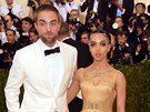 Robert Pattinson a jeho partnerka FKA Twigs na Met Gala (New York, 2. května...