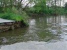 Rybník Starý pobral vodu z protrženého Smyslova. Kvůli tomu se poničila silnice.