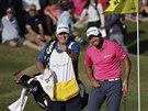 Jason Day (vpravo) a jeho caddie Colin Swattan b�hem �sp�n�ho ta�en� za titulem z The Players Championship