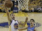 Stephen Curry (vlevo) z Golden State zakon�uje, sleduje ho Enes Kanter z Oklahoma City.