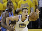 Stephen Curry (vpravo) z Golden State se natahuje za m��em, br�n� ho Dion Waiters z Oklahoma City.