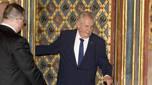 Klíčníci odemkli korunovační klenoty. Ozdobí Hrad na počest Karla IV. -  iDNES.cz e1af98b84b