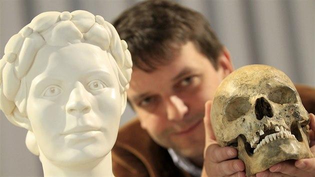 Kdo opravdu byla obětovaná žena z Bıčí skály, se dodnes neví. Vědci se pokusili vytvořit její pravou podobu (vlevo). Vycházeli z její nalezené lebky (drží ji Petr Kostrhun z Moravského zemského muzea), na jejíž kopii nanášeli vrstvy kopírující svaly a kůži.