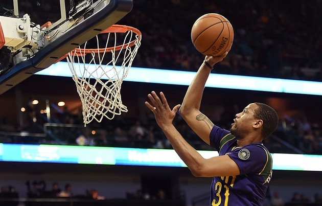 Bryce Dejean-Jones v dresu New Orleans zakončuje na koš LA Lakers.