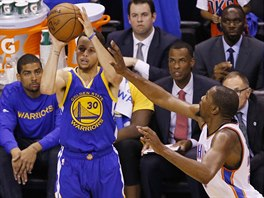 Stephen Curry z Golden State p�l�, �ene se po n�m Kevin Durant  z Oklahoma City.