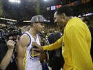 Stephen Curry (vlevo) a Shaun Livingston se pochechtávají poté, co Golden State...