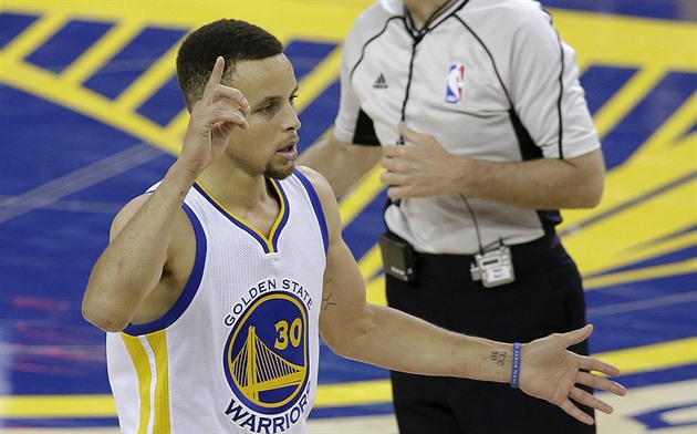 Stephen Curry z Golden State v záv�re�ných minutách finále NBA s Clevelandem.