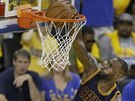 LeBron James z Clevelandu d�v� ko� ve druh�m fin�le NBA s Golden State.