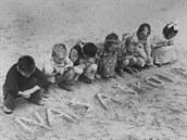 Ve školách v táborech chyběly tužky a sešity, a tak se děti učily psát pomocí...