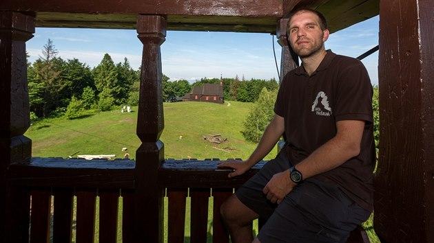 Jeden z provozovatelů chaty Prašivá Martin Stiller na ochozu otevírané rozhledny, v pozadí kostel svatého Antonína Paduánského.