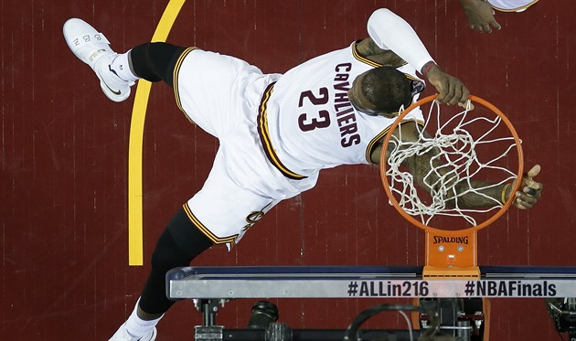 LeBron James (23) z Clevelandu práv� zasme�oval do ko�e Golden State.