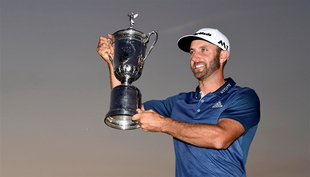 Dustin Johnson s trofejí za triumf na US Open.