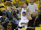 Stephen Curry (v b�l�m) z Golden State jde s m��em do ko�e Clevelandu, br�n� ho Richard Jefferson (vpravo), sleduje LeBron James.