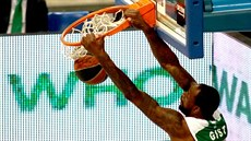 James Gist z Pahathinaikosu sme�uje do soupe�ova ko�e.
