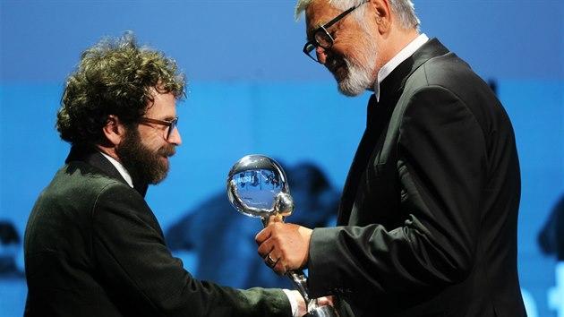 Scenárista Charlie Kaufman přebírá od Jiřího Bartošky Cenu prezidenta (9. července 2016).