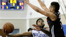 Summer League NBA: Chasson Randle (5) v dresu New Yorku se snaží obelstít...