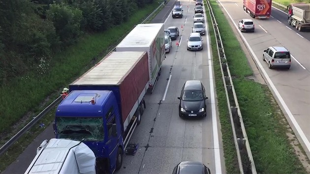 Dálnici D1 ucpala hromadná nehoda na 37. kilometru (25. července 2016)