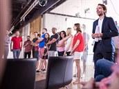 Jakub Havrlant (úplně vpravo) oznamuje zaměstnancům vznik Mall Group.