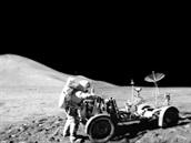 Úchvatné panorama v místě přistání expedice Apollo 15 – vpravo je David Scott u...