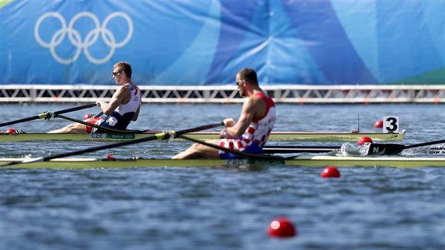 Veslaře Ondřeje Synka na kanálu v Riu jasně porazili jak jeho rival a vítěz Mahé Drysdale z Nového Zélandu, tak překvapivě druhı Damir Martin z Chorvatska (uprostřed). (13. srpna 2016)