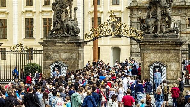 Až dvousetmetrové fronty trápí v posledních dnech turisty, kteří musí absolvovat policejní kontrolu u každého vstupu na Pražskı hrad. Brána z Hradčanského náměstí. (11. 8. 2016)