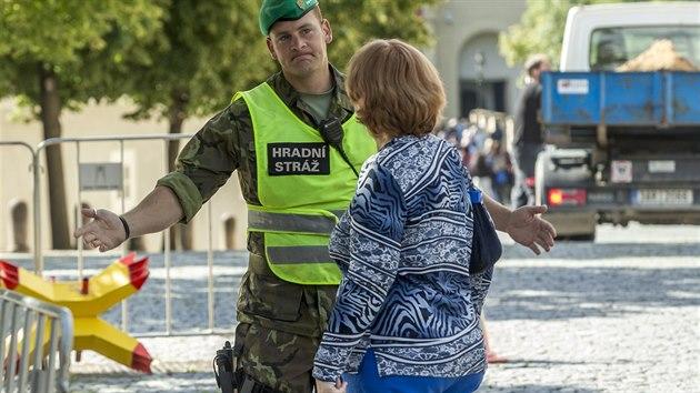 Až dvousetmetrové fronty trápí v posledních dnech turisty, kteří musí absolvovat policejní kontrolu u každého vstupu na Pražskı hrad. Vchod od Prašného mostu. (11. 8. 2016)