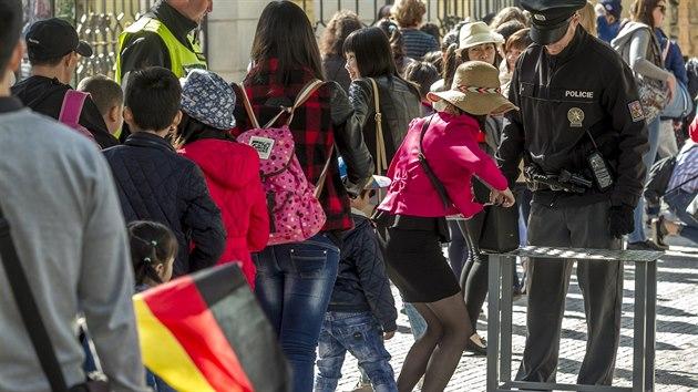 Až dvousetmetrové fronty trápí v posledních dnech turisty, kteří musí absolvovat policejní kontrolu u každého vstupu na Pražskı hrad. (11. 8. 2016)